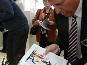 Wolfgang Szaal receiving an autogramme from Soshana