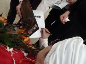 Soshana giving an autogramme